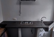 Кухня бетонная, столешница треугольной формы с интегрированной мойкой и выемкой Одесса